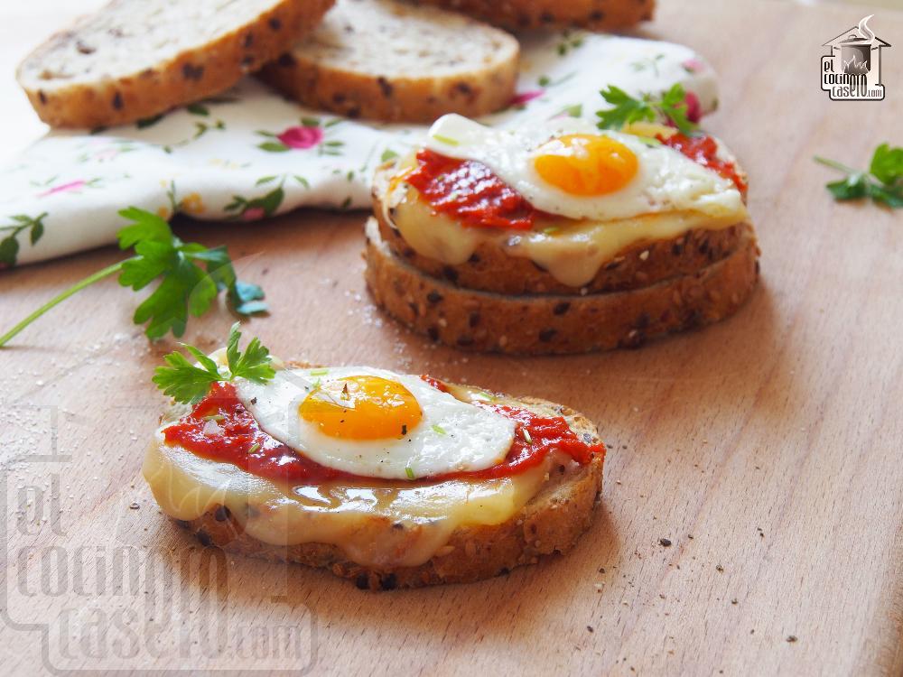 Tostas de sobrasada y huevo de codorniz