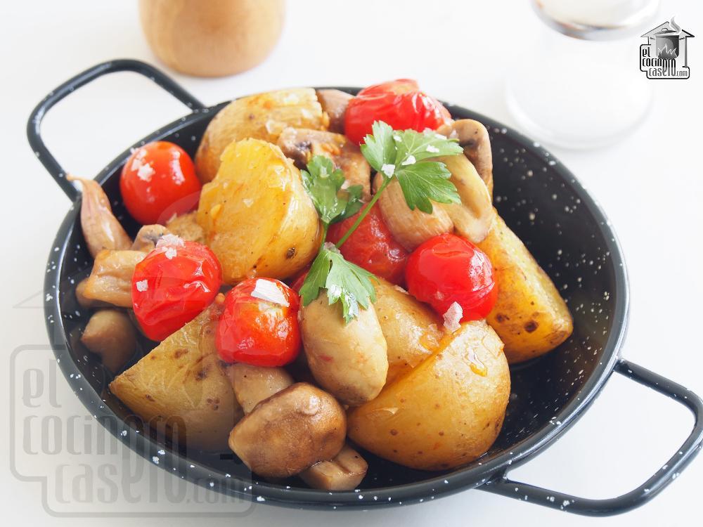 Patatas al horno con champiñones y tomates