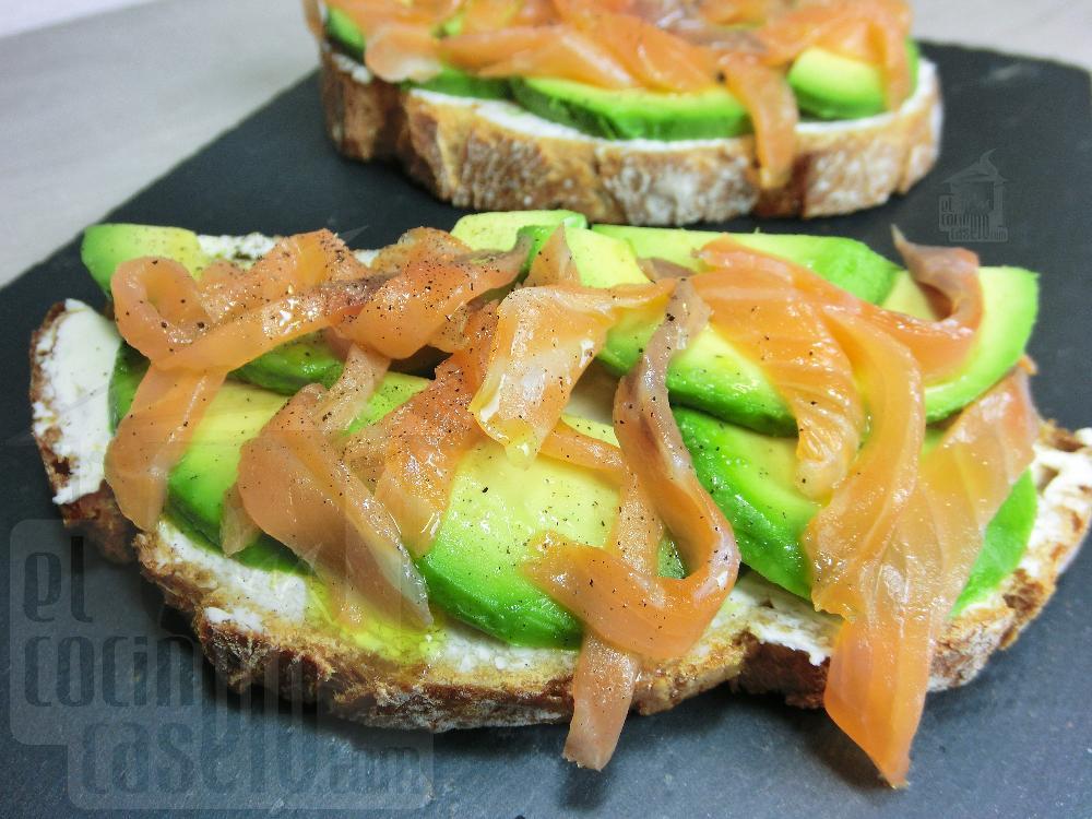 Tosta de salmón ahumado, aguacate y queso crema - Paso 3