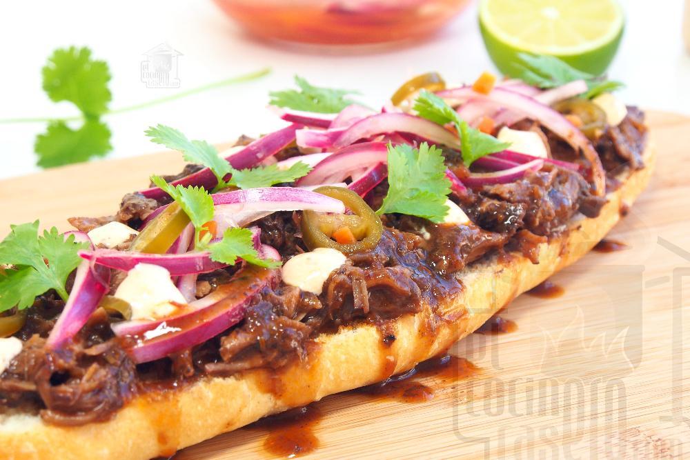 Tosta de carrilleras, cebolla encurtida, cilantro y mayonesa de chipotle - Paso 8