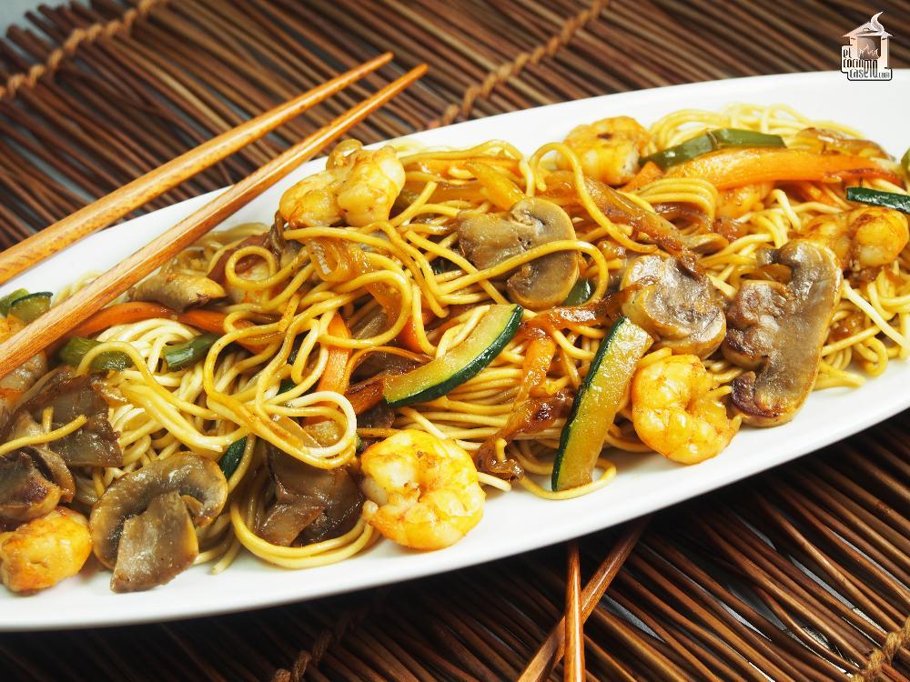 Salteado de noodles con gambas y verduras