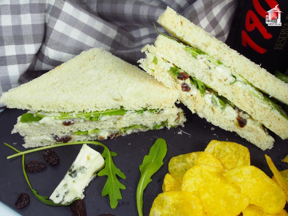 Sándwich de queso azul y rúcula