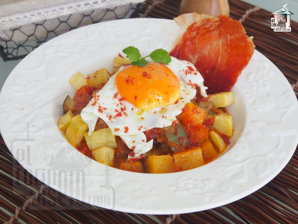 Pisto con huevo y crujiente de jamón
