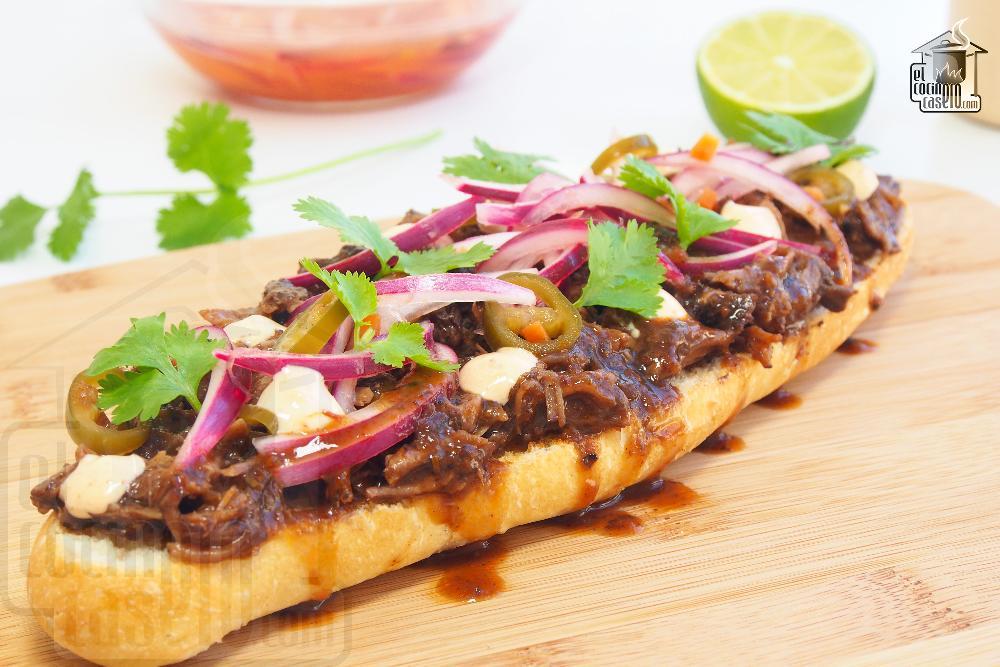 Tosta de carrilleras, cebolla encurtida, cilantro y mayonesa de chipotle