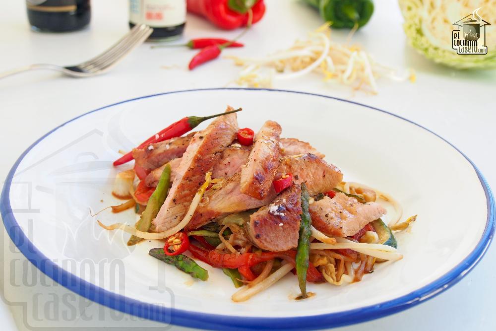 Secreto de cerdo a la plancha con verduritas Thai