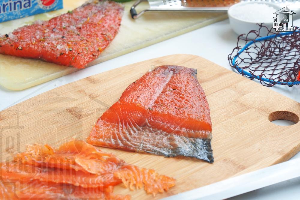 Salmón marinado con sal y azúcar